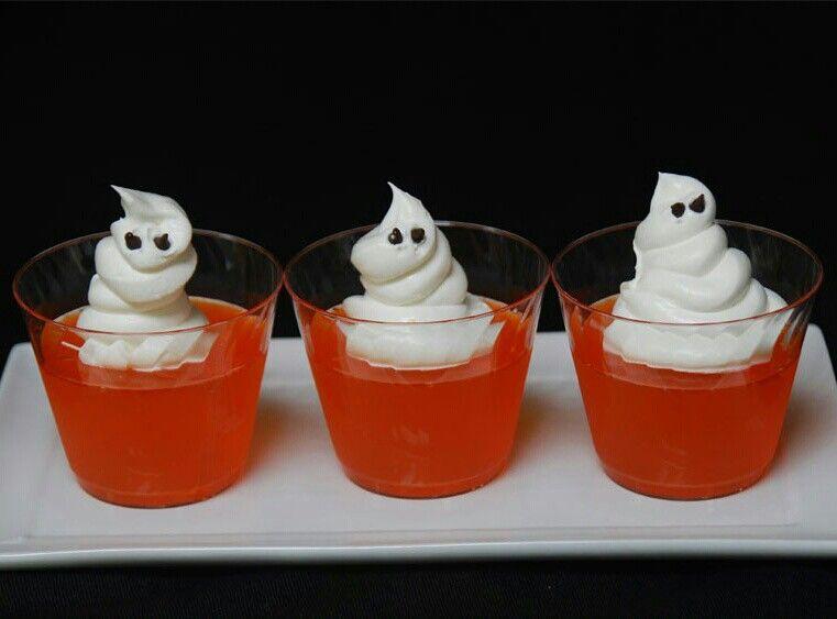 La gelatina de naranja clásico pero con una decoración en forma de fantasmas para las fiestas de Halloween.