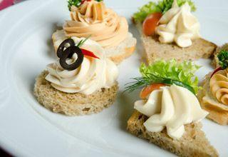 Minikanapeczki bankietowe i koreczki serowe to doskonałeszybkie przegryzki. Łatwe w przygotowaniu i smaczne. Minikanapeczki serowe Składniki: krake