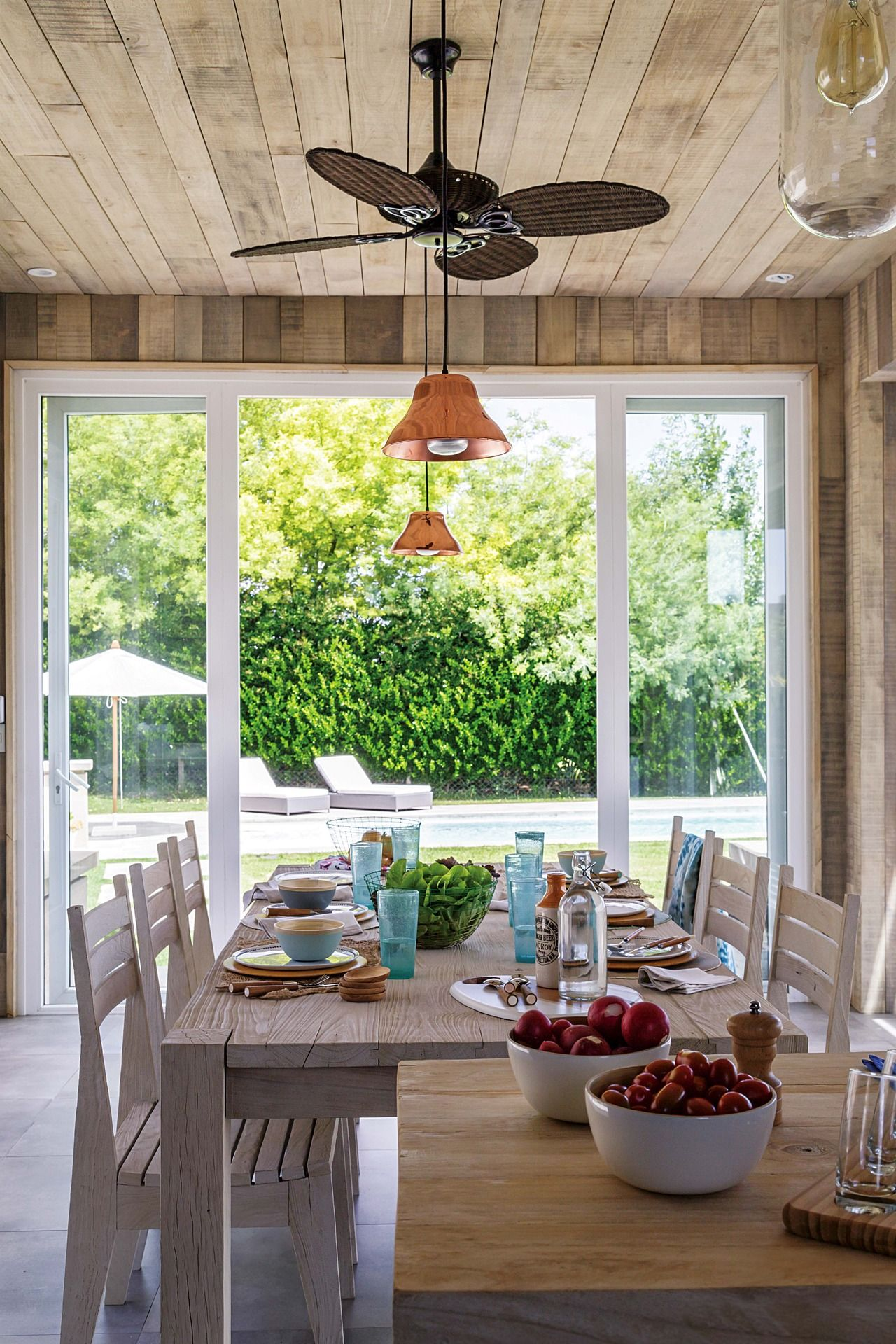 Una casa decorada para no pasar de moda revestimiento de for Casas modernas nordelta