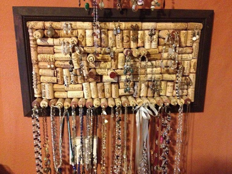 Idee creative riciclo fai da te porta gioie collane for Porta vino fai da te