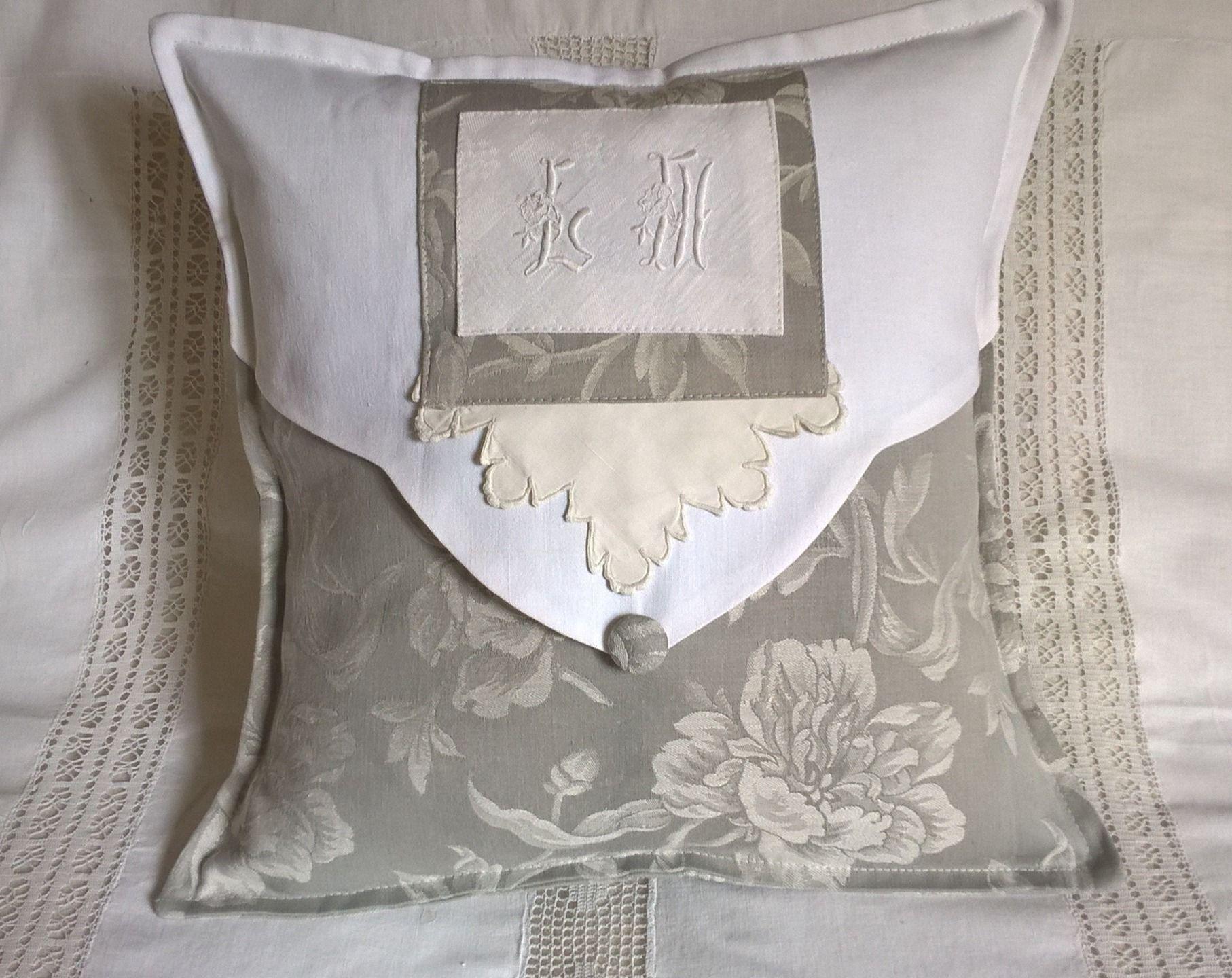 housse de coussin shabby en toile a matelas grise et ecrue et monogramme ancien linge ancien. Black Bedroom Furniture Sets. Home Design Ideas