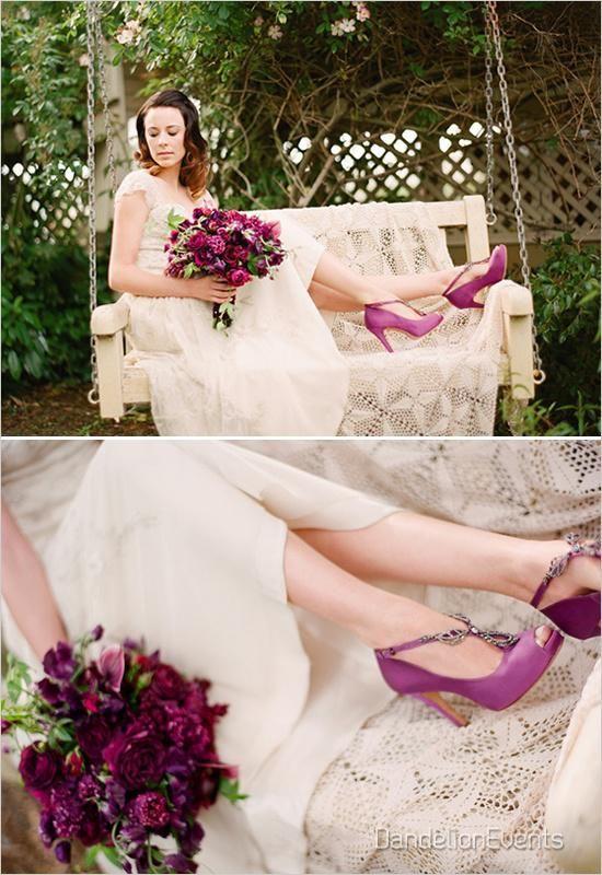 novia con ramo y zapatos en tono morado. | boda campestre | wedding