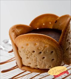 Mini Alemã: Creme de baunilha intercalado com biscoito tipo Maria e cobertura de chocolate ao leite. #DiNorma