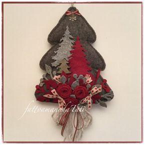 Albero in lana cotta grigia decorato con rose rosse e ...