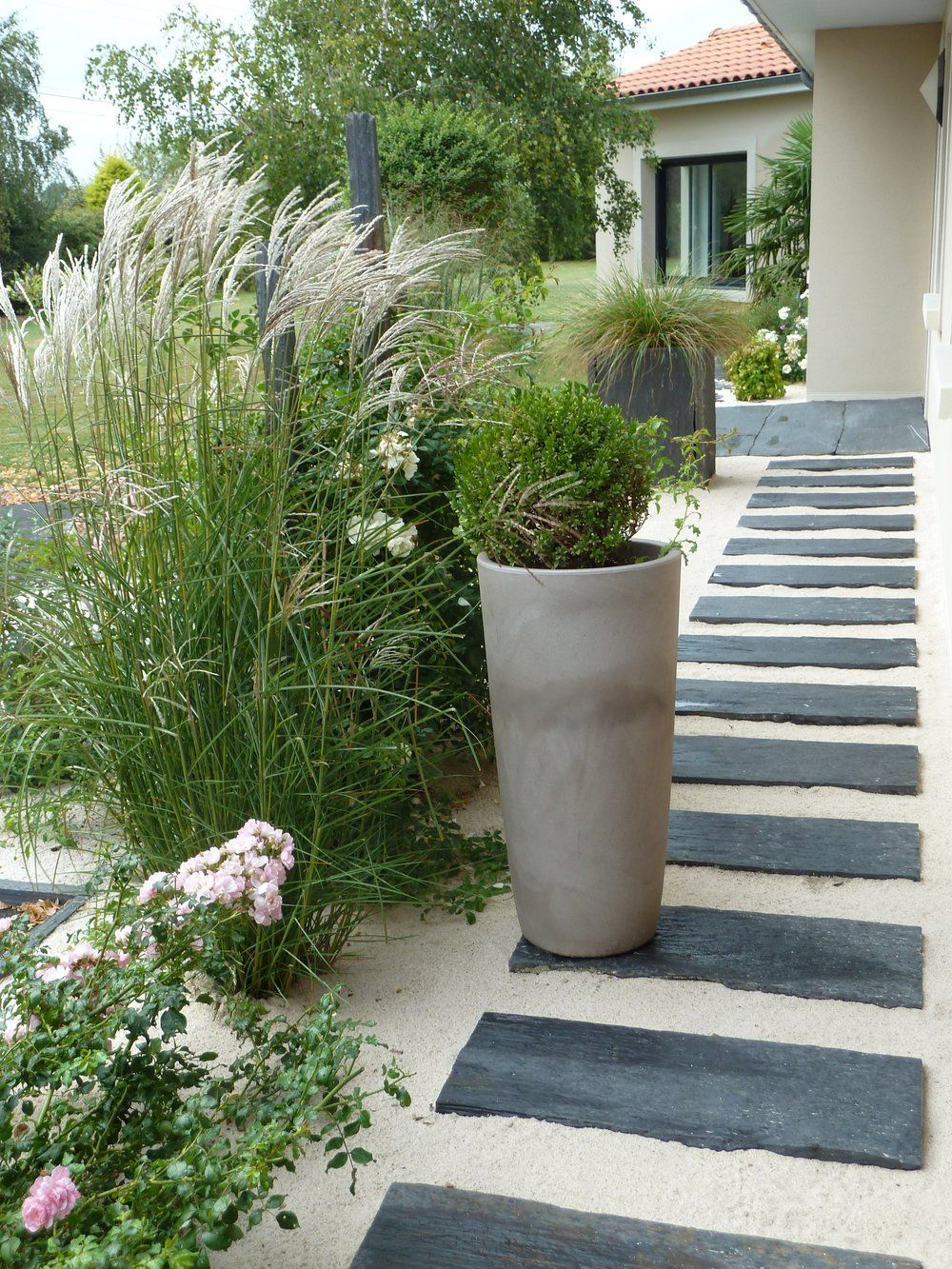 Dalles ardoise chemin et all e maison pinterest for Allee de jardin moderne