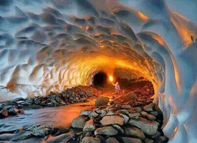 Cueva de hielo dentro de volcan ruso
