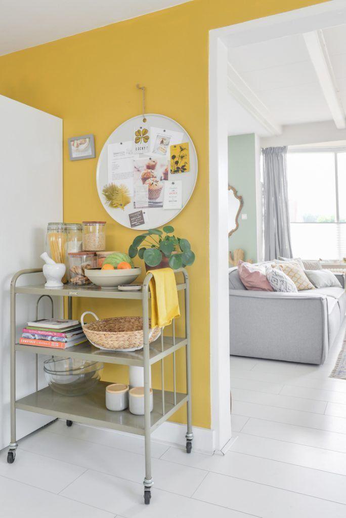 Muur decoratie ideen voor de gele achterwand in de keuken