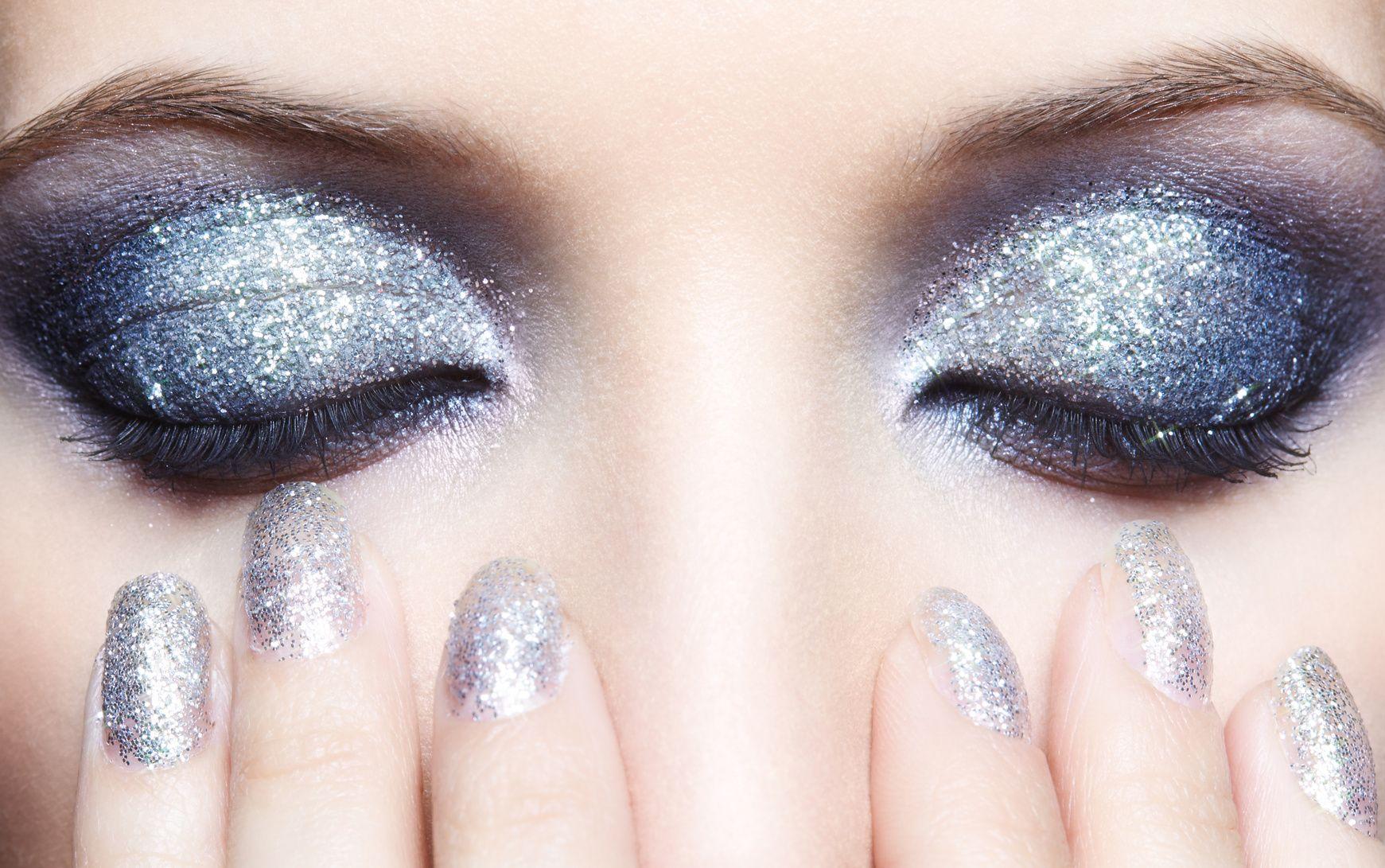Kokeilitko glittertrendejä? Näin saat kimalteet pois kasvoistasi ja hiuksistasi