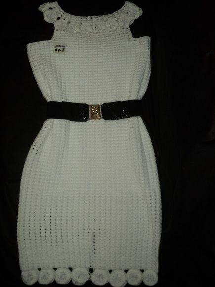 Vestido decote canoa na cor branca, confeccionado em fio de algodão com pedrarias no centro das flores.  Pode ser feito em tamanhos de P/ M/ G. e na cor desejada, R$ 250,00