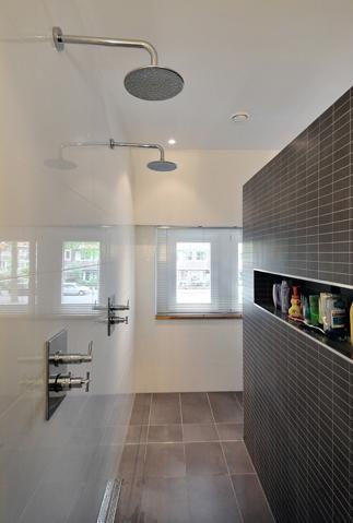 walk in dusche mit wei er wandfliese und mosaik bodenfliesen auch in der dusche mit verlegt. Black Bedroom Furniture Sets. Home Design Ideas