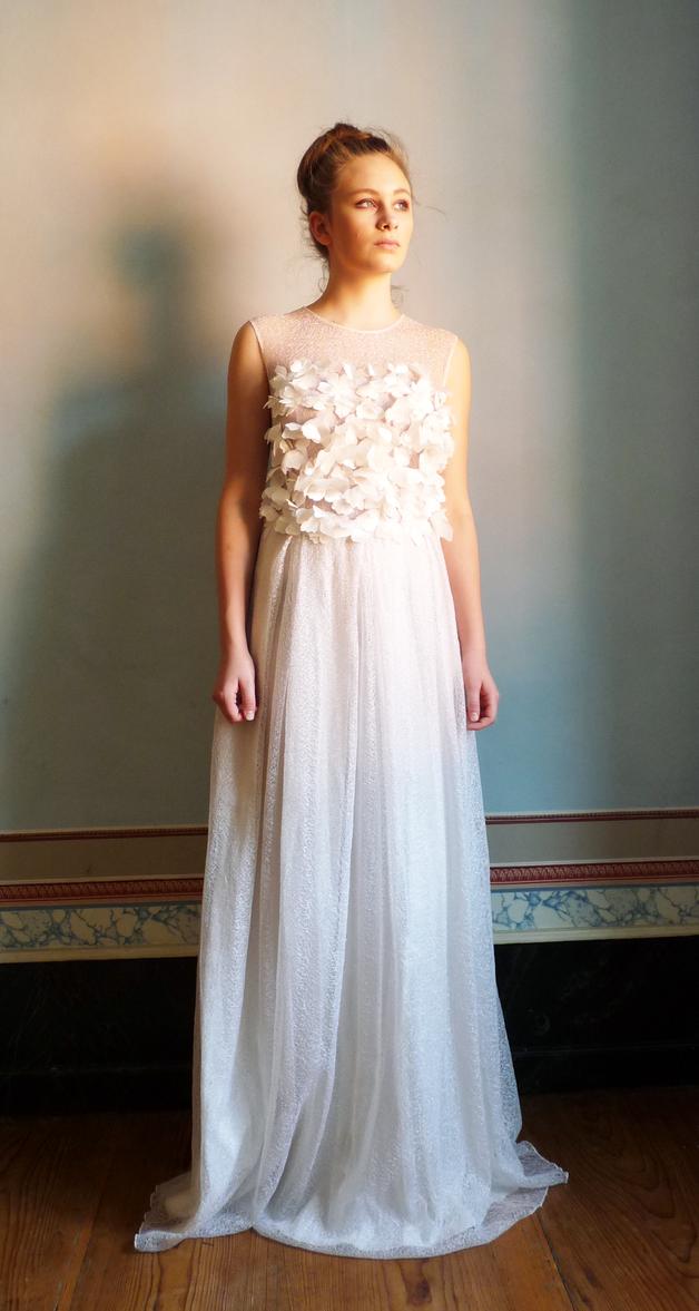 Weißes Brautkleid Aus Zarter Spitze Mit Blütenlikationen Lace Wedding Dress With Flower Attachments Made By