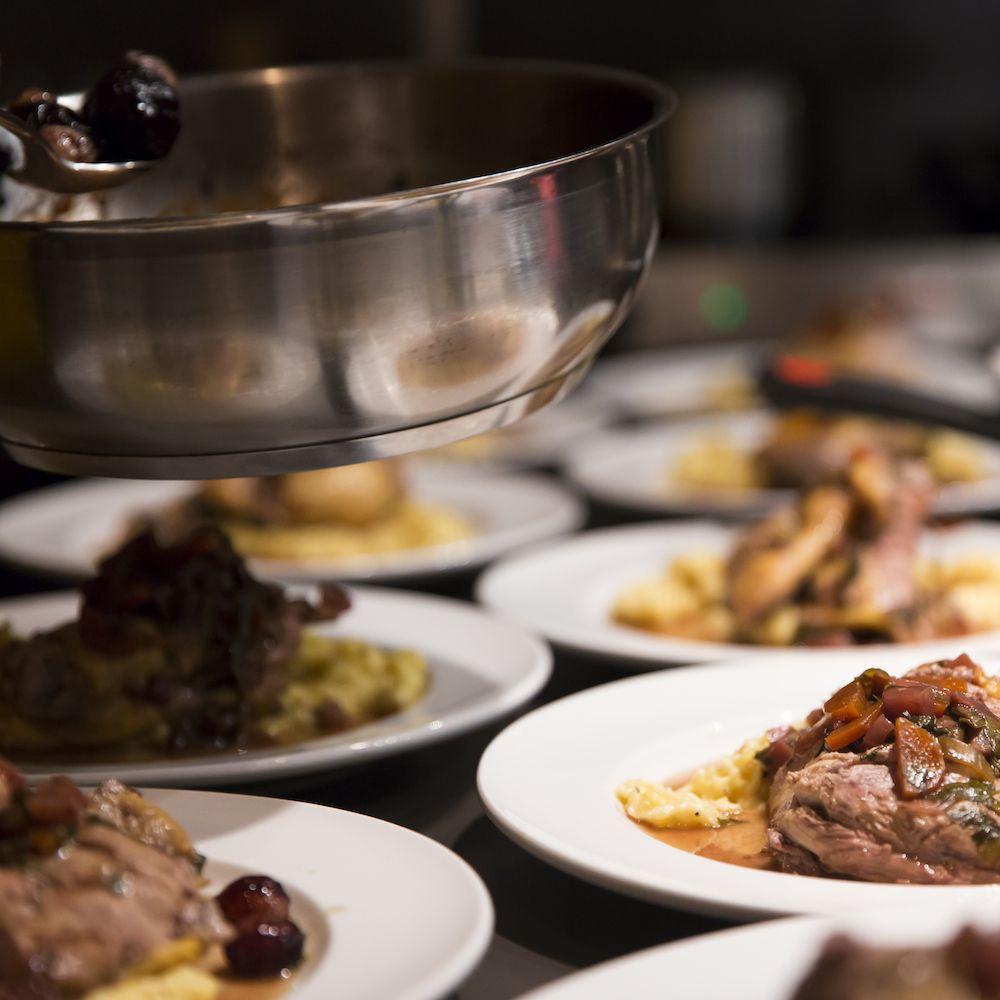 Leckeres Essen, wie Coq au Vin, und neue Bekanntschaften gibt es im Supper Club Meatingraum | creme münchen