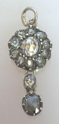Gouden hanger met 13 roosgeslepen diamanten