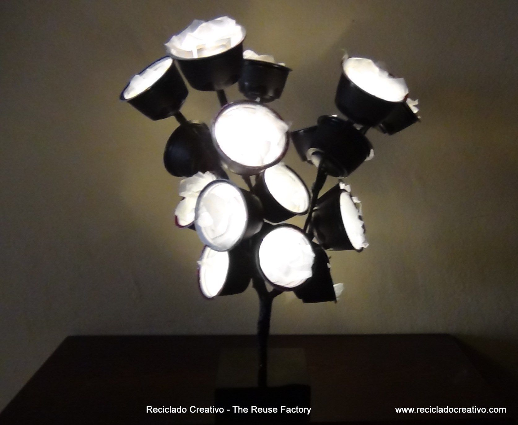 Lamparas hechas con capsulas de cafe dolce gusto lamps - Lamparas para cafeteria ...