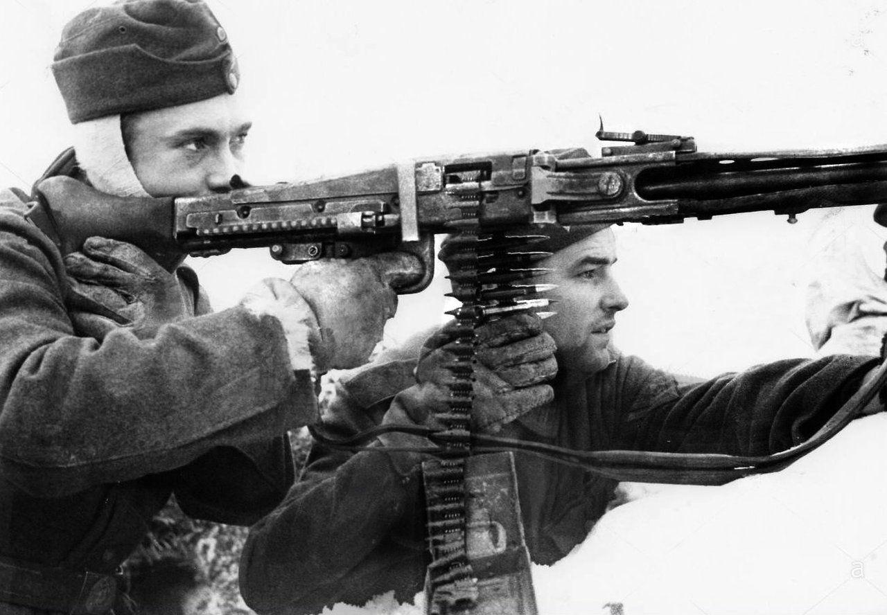 "panzerknacker88: ""German troops fire an MG42 on the Eastern Front 1943 "" |  Soldados, Fuerzas armadas, Ametralladoras"