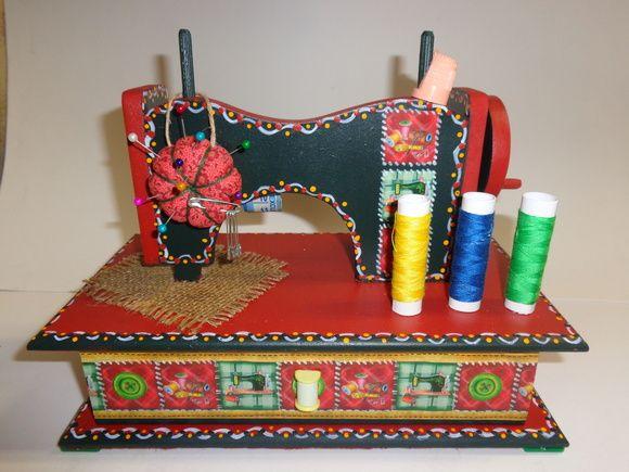 Máquina de costura em MDF, com gaveta,acompanha fita. métrica, alfineteiro, dedal.e linhas. Pintada com tinta PVA, e decoupagem. Fica muito linda para decorar um quartinho de costura. R$ 58,00