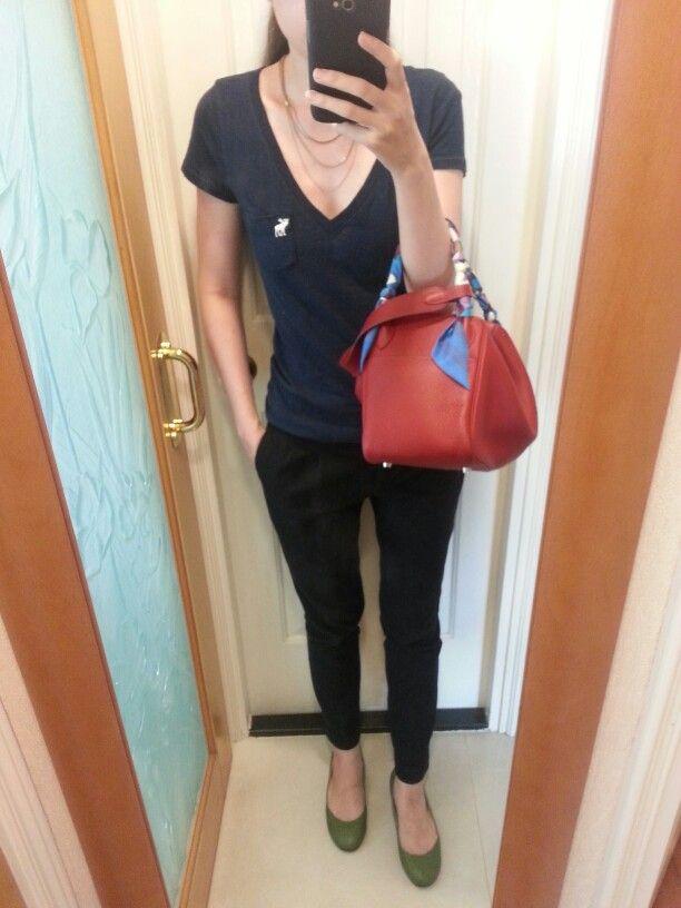 42976cce0917 AnF v-neck navy blue T-shirt, Zara pants, vintage multiple-strand necklace,  green leather flats, Hermes Lindy 30 bag rouge.
