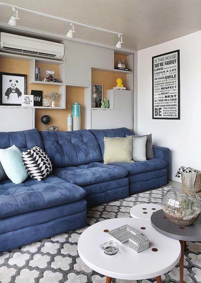Sofá azul na sala de estar decorada | Decoração da sala ...