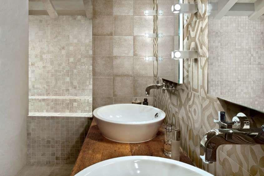 Arredare con le piastrelle maioliche bagno con rivestimento in