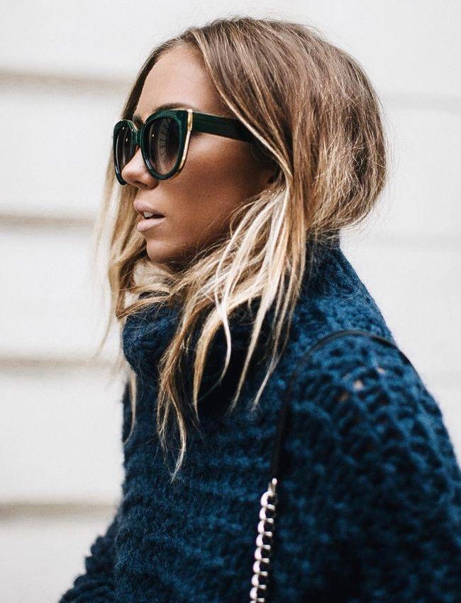 Maxi pull bleu pétrole + cheveux froissés + maxi