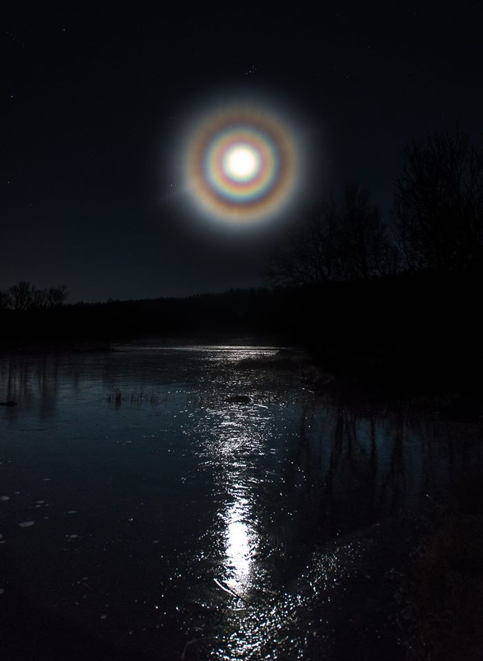 Moon Corona Norway A Typical Corona Is Only Couple Degrees In Diameter And Closely Fringes The Moon Although N Moon Pictures Beautiful Moon Shoot The Moon