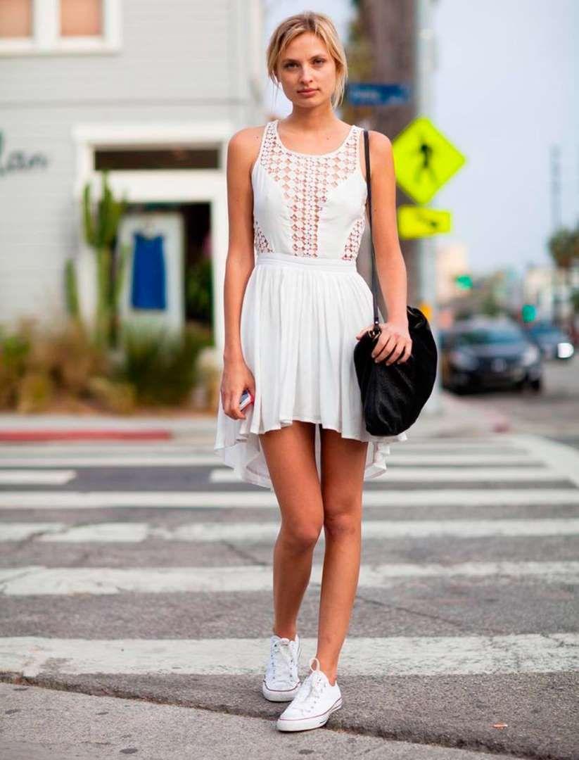Ahora que estás algo bronceada, mini vestido blanco y