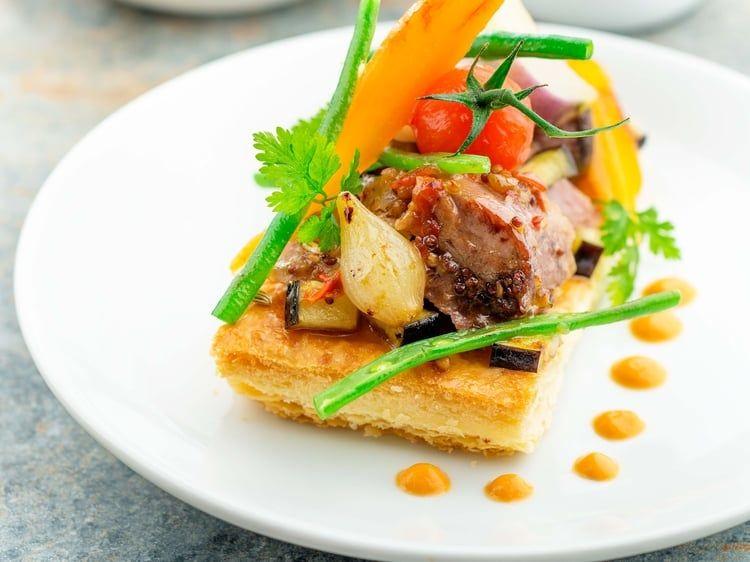 Souris d'agneau confites, légumes glacés et crème poivrons tomates
