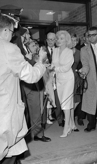 Marilyn Leaving Columbia Presbyterian Hospital In New York March 5th 1961 Marilyn Marilyn Monroe Norma Jean