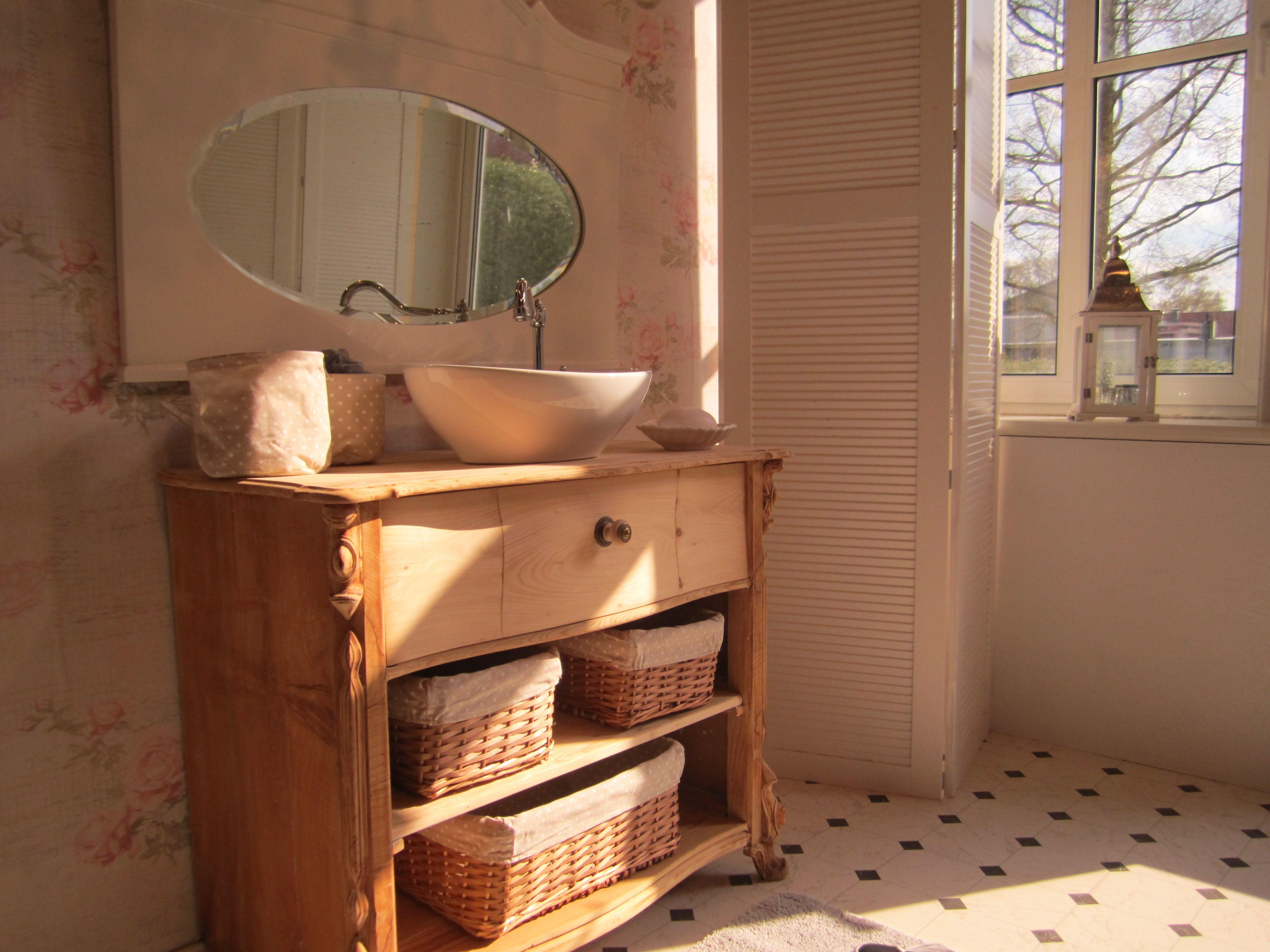 Vollholz Badmöbel badmöbel landhaus ein antiker waschtisch aus vollholz der an den