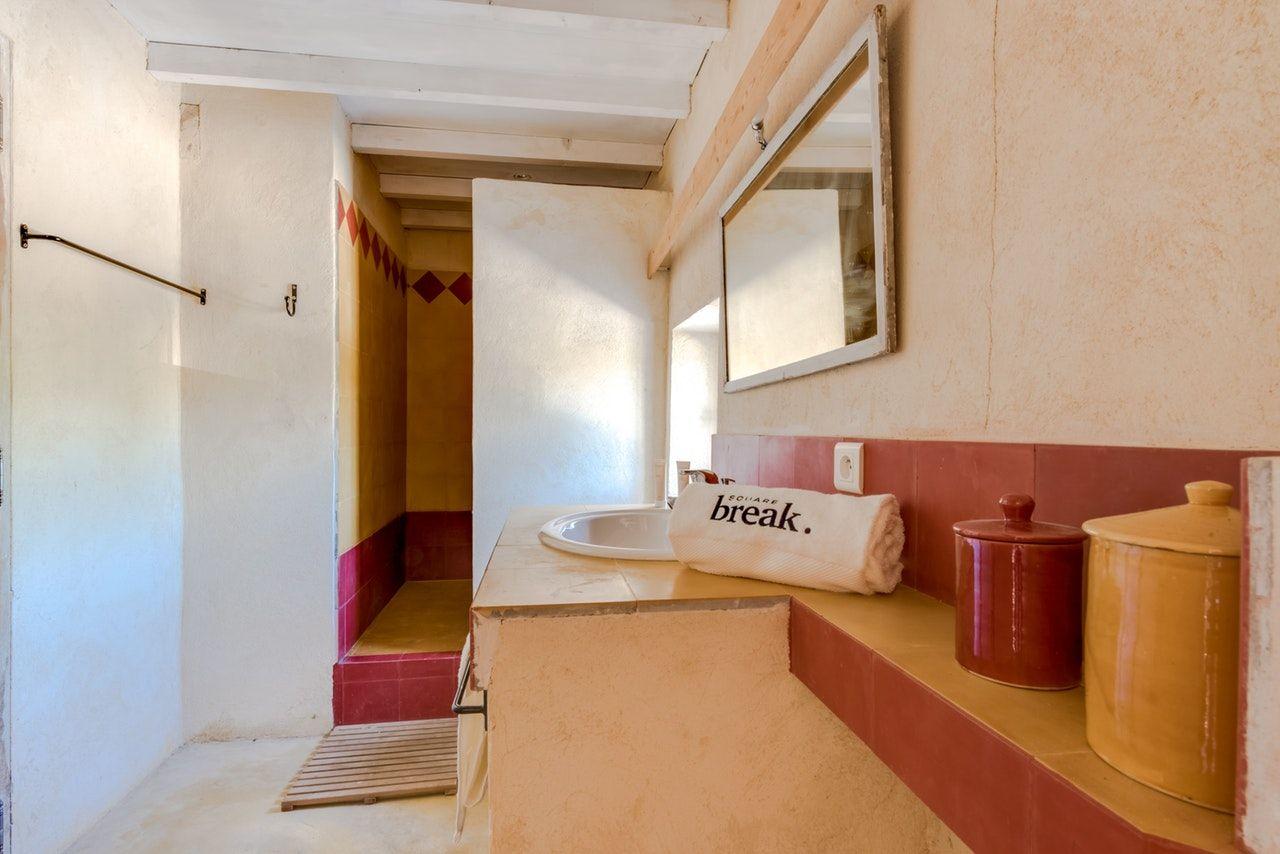 Le Mas Propose Une Salle De Bain Avec Baignoire En Rdc Une Salle D Eau Attenante A 2 Chambres A L Etage Et Salle De Bain Deco Salle De Bain Chambre A