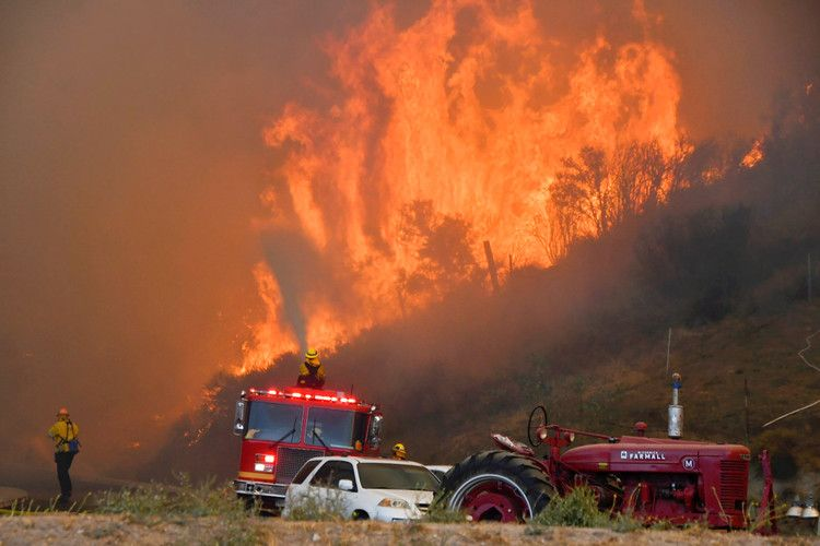 40 000 Ordered To Evacuate As Wildfire Spreads North Of Los Angeles Nbc News Wine Country California Los Angeles County Canyon Country