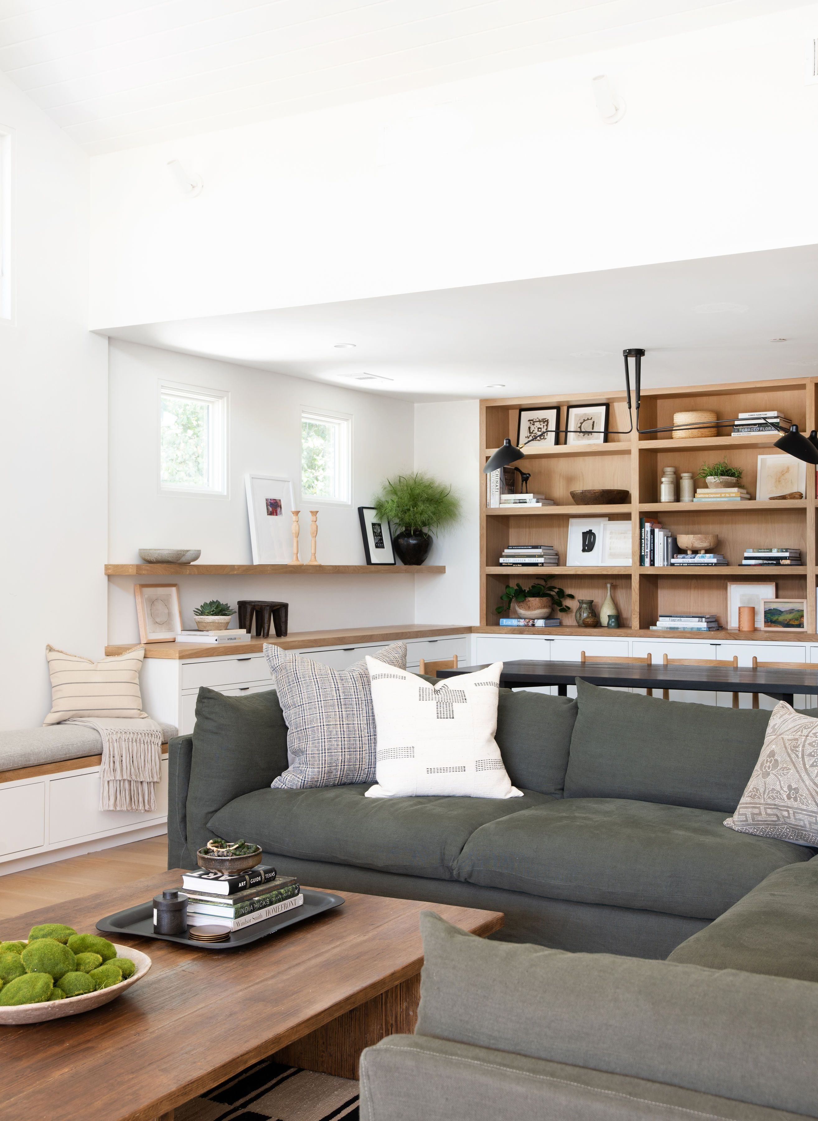 15 Space Saving Ideas For Modern Living Rooms 10 Tricks To Maximize Small Spaces Small Apartment Decorating Simple Living Room Living Room Sectional