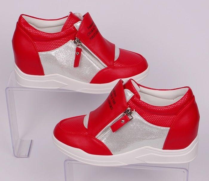 1e0904953b6 Красиви и стилни дамски кецове със скрита платформа - 6 см. Кецовете са от  червена еко кожа и сребристи части. Имат два ципа от двете страни, ...