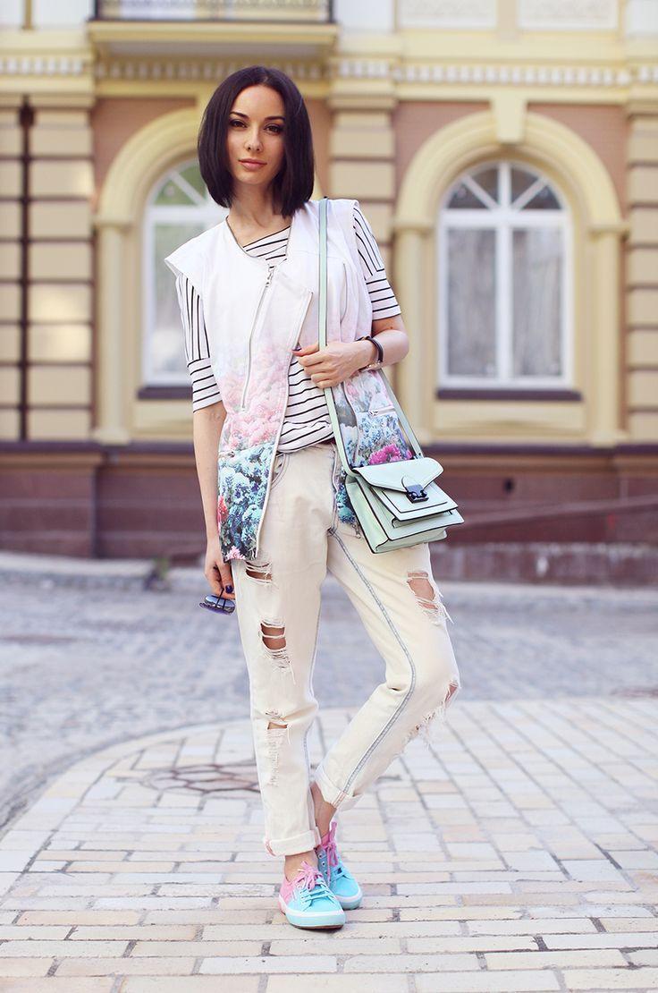 #floralprint #floral #danielwellington #danielwellingtonwatches #printmix #pastel #sonyakaramazova #stripes #boyfriendjeans #sneakers