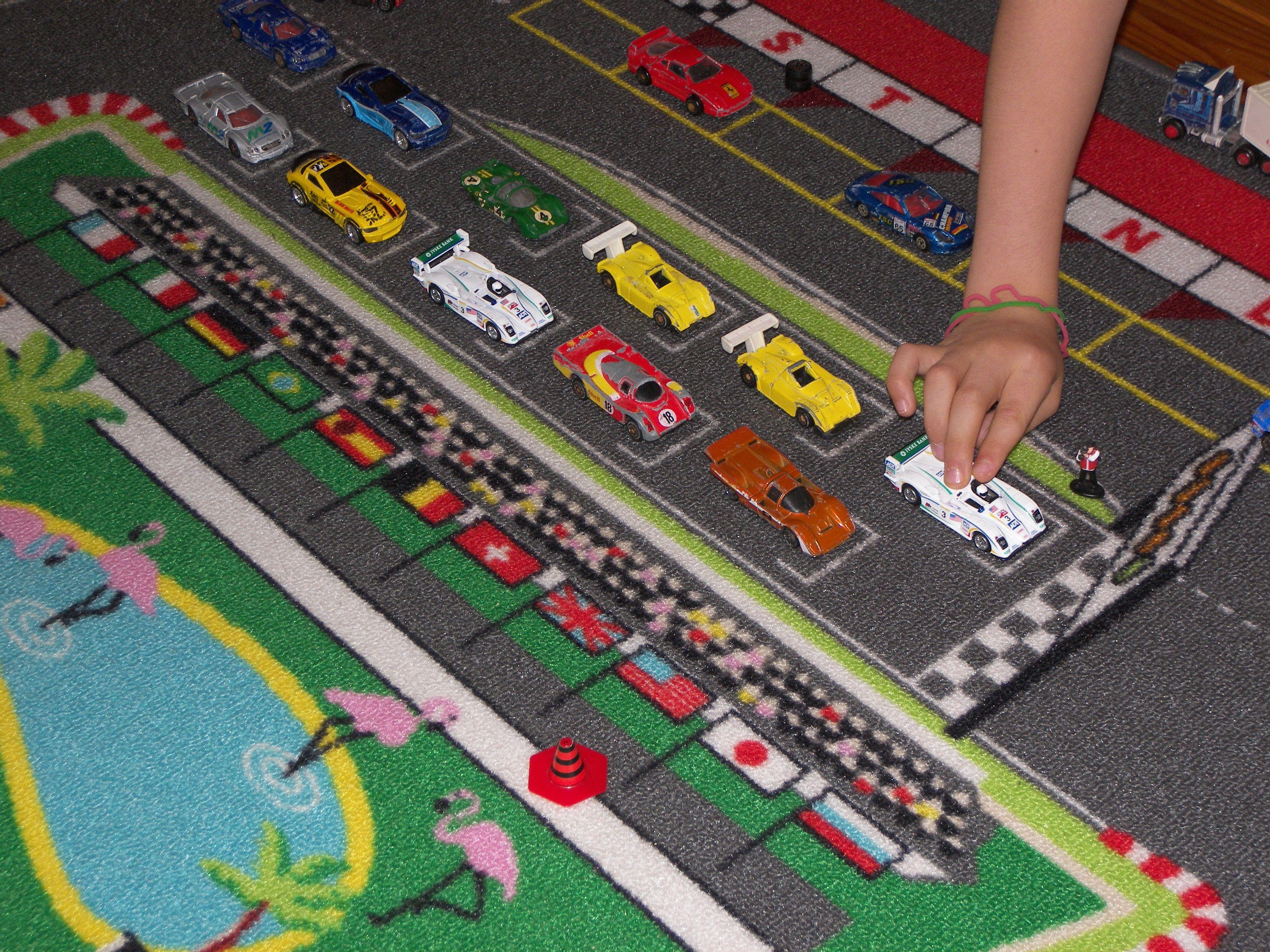 course de petite voiture sur un tapis