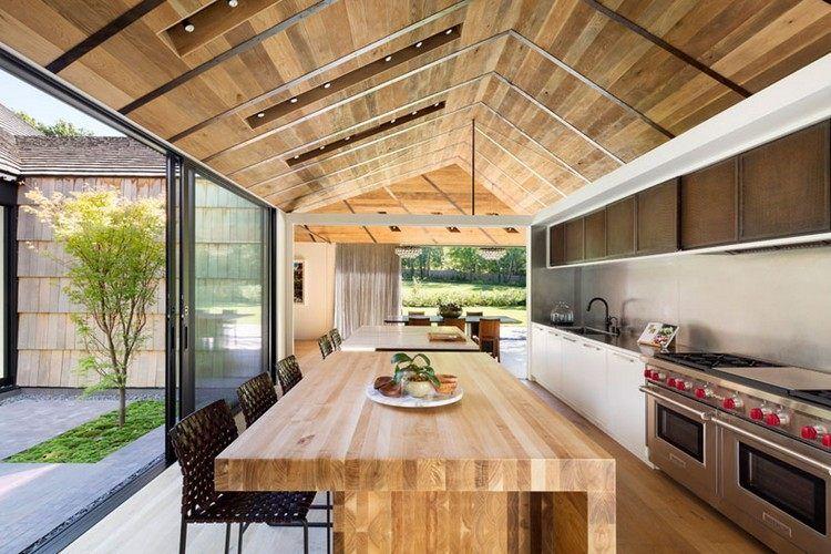 Küche mit Kochinsel aus Holz - ein vorgezogenes Material ebenso bei ...