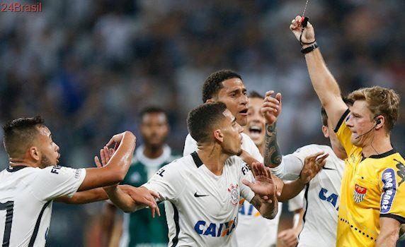 Levou cartão sem fazer a falta: Árbitro erra e expulsa Gabriel do clássico entre Corinthians e Palmeiras