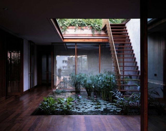 Innenhof gestalten Gartenteich Wasserpflanzen Seerose Schilf