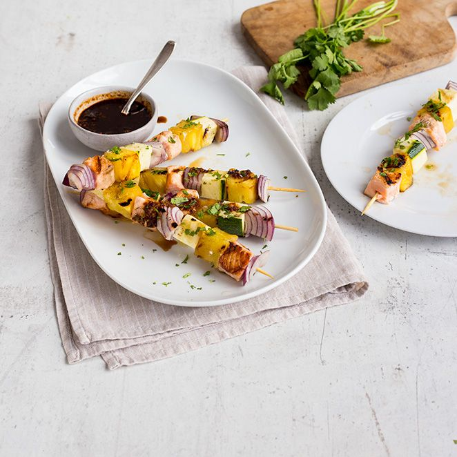 Diese fruchtig-würzigen Spieße sind genau das Richtige für diejenigen, die für die nächste Grillparty eine Abwechslung zu Würstchen und Kotelett suchen.  Der saftige Lachs mit roten Zwiebeln und süßer Ananas schmeckt in Kombination mit einem asiatischen, leicht scharfen Dip einfach nach Sommer!
