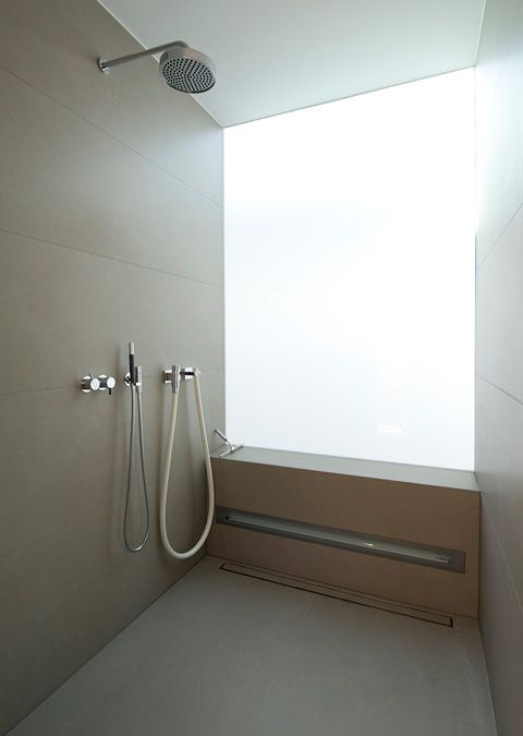 Material im wechselspiel badezimmer badezimmer zeitgen ssische badezimmer und begehbare dusche - Badezimmer fenster glas ...