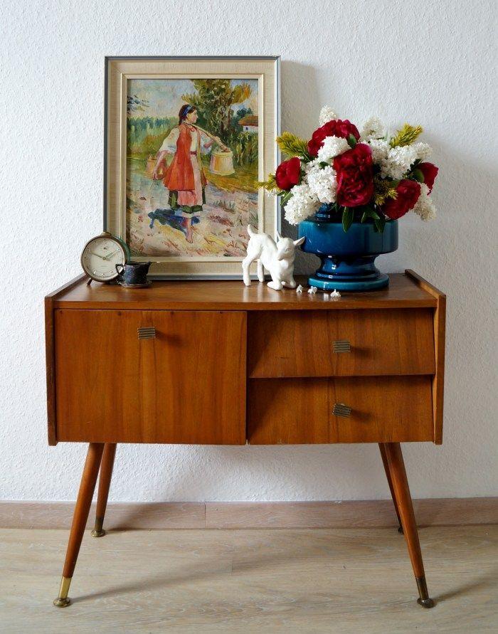 Vintage Nachttisch, Vase mit Blumen, Wecker, Bild, kleine Souvenire