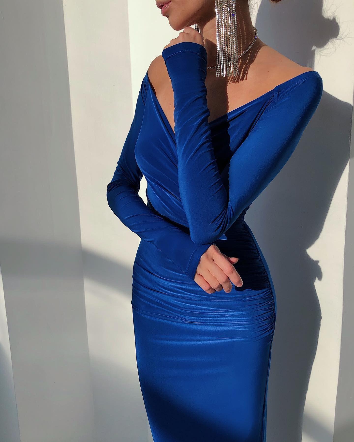 Платье длины миди с открытыми плечами насыщенного синего цвета подчеркнёт все достоинства вашей фигуры и сделает образ как нельзя более женственным. Посмотрите …