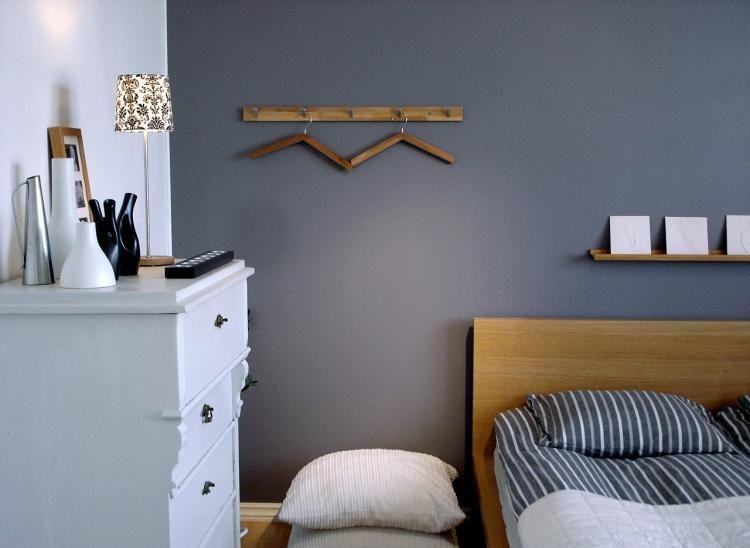 weiße Kommode kontrastiert auf die graue Wandfarbe - wandgestaltung für schlafzimmer