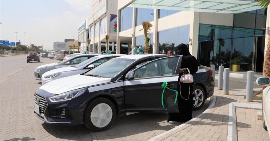شاهد تسليم الدفعة الأولى من المركبات لمستفيدي الضمان الاجتماعي ضمن مبادرة تمويل الصندوق الخيري سلم بنك التنمية الضمان الاجتماعي Suv Vehicles Suv Car