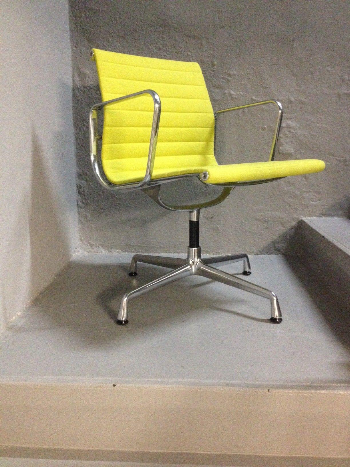 Vitra EA 104 Dining Aluchair in gelb lindgrün bringt endlich Farbe an den Esstisch oder im Büro