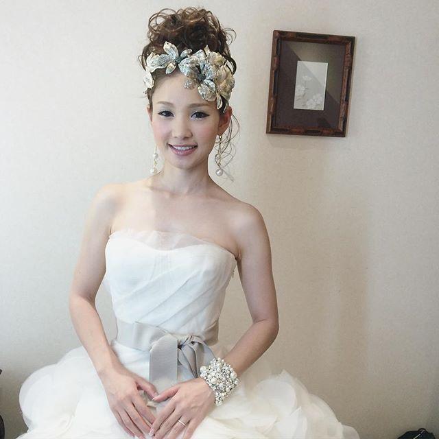 . .  スタイリング人気No.1 . . 可愛い花嫁No.1でもあります♡ . ふわふわアップのようで、 . おだんごアップなんです♡ . 明日から東京に出張。 .  東京で指名を頂いた花嫁様に会えるのが今から楽しみ、ワクワク♪ . . 色んな方にお会い出来る予定です♡ . #ヴェラウォン . #結婚式#美容師#髪型#ブライダル#ヘアアレンジ#ヘアアクセ#ヘアセット#プレ花嫁#セット#結婚#ドレス#花嫁#編み込み#ルーズ#ヘア#verawang#セウ花嫁#ヘアメイク#ウェディング#ヘアスタイル#アレンジ#写真#love#hairstyle#hairstyles#bridal#weddinghair#bridalhair#hairarrange