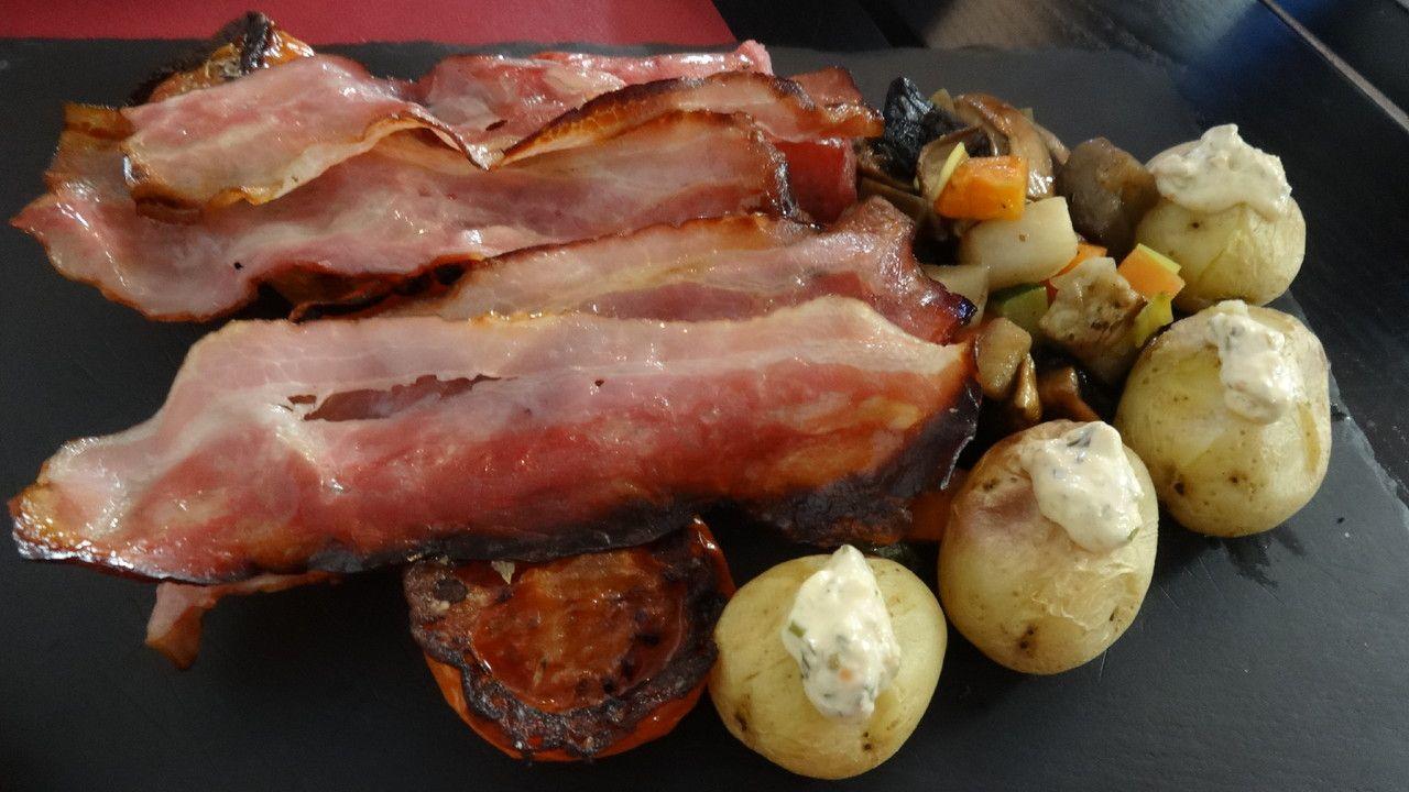 Brunch no restaurante U Chiado, Lisboa, Portugal. Batata papilote, tomate provençal, os cogumelos Portobello, a salsicha fresca e o bacon tostado.