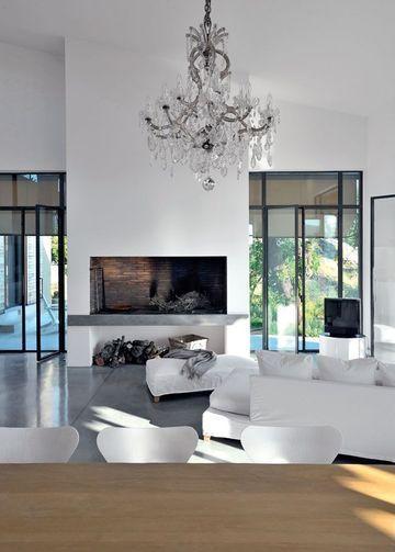 White living room / witte woonkamer met glazen deuren & grote open haard
