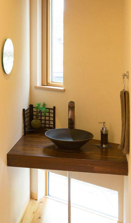 小さな和風の洗面台。 木製カウンターと陶器のボールが良く似合います。|おしゃれ|かわいい|造作洗面|洗面室|洗面台|洗面ボウル|洗面|カウンター|新築|創業以来、神奈川県(秦野・西湘・湘南・藤沢・平塚・茅ヶ崎・鎌倉・逗子地区)を中心に40年、注文住宅で2,000棟の信頼と実績を誇ります|