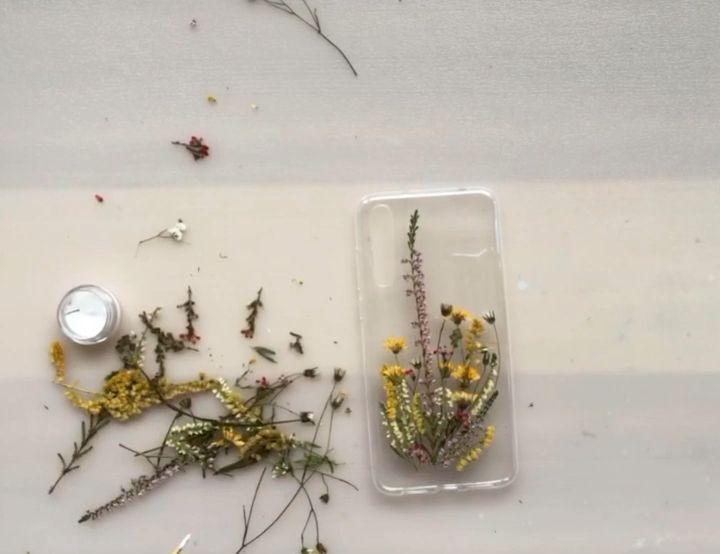 Diy flower phone case designed by Fern&Felt #pressedflowers #driedflowers #diyphonecase #handmadecase